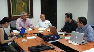César Gutiérrez reunido con equipo de trabajo