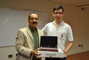 Manuel Martinez Gallegos Coordinador UT y el ganador del primer lugar José Alvarao Martínez