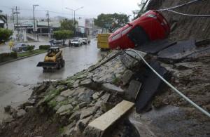 n el estado de Guerrero, en el sur del país, murieron por lo menos 17 personas, otras tres en Puebla, tres en Hidalgo y dos en Oaxaca por derrumbes o a causa de la corriente de ríos y arroyos.