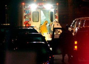 La enfermera Amber Vinson se baja de una ambulancia en el hospital universitario Emory en Atlanta