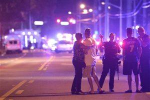 Policías de Orlando piden a familiares y amigos que se alejen del sitio de una balacera en el centro nocturno Pulse Orlando, la madrugada del domingo 12 de junio de 2016 en Orlando, Florida. (Foto AP/Phelan M. Ebenhack)