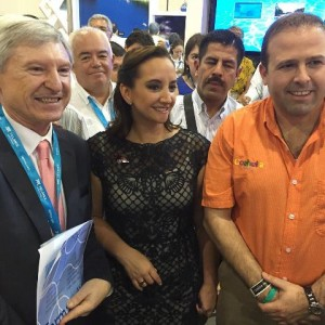 Lic. Claudia Ruiz Massieu visitó stand de Coahuila