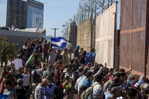 81125249. Tijuana, 25 Nov 2018 (Notimex- Eduardo Jaramillo).- Miembros de la Caravana de migrantes centroamericanos, intentaron ingresar a las garitas El Chaparral y San Ysidro, donde fueron repelidos por agentes de Estados Unidos. NOTIMEX/FOTO/EDUARDO JARAMILLO/EJC/HUM/MIGRA16