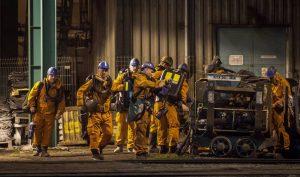 Un grupo de rescatistas entran en la mina de carbón de Karvina, entre República Checa y Polonia, donde 13 mineros han perdido la vida tras una explosión. LUKAS KABON EFE