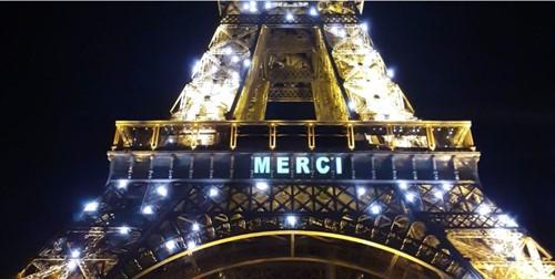 Imagen de la Torre Eiffel con un mensaje de agradecimiento a los trabajadores que luchan contra el coronavirus. Imagen de la Torre Eiffel con un mensaje de agradecimiento a los trabajadores que luchan contra el coronavirus. 27/3/2020